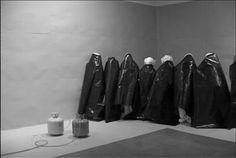 Santiago Sierra, Poliuretano espreado sobre las espaldas de 10 trabajadores- Lisson Gallery Londres, jul2