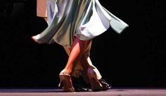 Con Tango Nuevo si configura la possibilità d'immaginare un viaggio ipnotico dove i corpi si fanno leggeri nell'abbraccio universale del tango argentino. Saranno percorse le strade di Buenos Aires fino alle immensità della Terra del Fuoco … Roberto Herrera, incarnazione della più profonda cultura popolare argentina, rivive il viaggio sul palco.  Vibra, irrompe, innalza in un caleidoscopio di colori in un travolgente spettacolo dove coreografia e suoni si toccano e maestria di arti e costume…