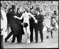 """""""Michael O'Brien, The Twickenham Streacker"""", fotografia de 1974 de Ian Bradshaw.    Veja também: http://semioticas1.blogspot.com.br/2012/04/nu-perante-camera.html"""