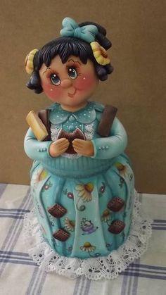 Pote Menina bolacha (geração V) Pote de 2,0 L trabalhado em biscuit em forma de menina comendo bolacha. As cores podem variar ao gosto do freguês, combinando com a cozinha, etc...escolha a tua cor (favor escolher cor da roupa, cabelos e olhos) ENCOMENDAS SOMENTE MEDIANTE PAGAMENTO DE 50% DO VALOR TOTAL (ARTIGO + FRETE),  PAGO NO ATO DO PEDIDO POR DEPÓSITO EM CONTA. CONSULTE A CONTA PARA DEPÓSITO. VAGAS: CONSULTE O MÊS DE ENTREGA, ESTOU AGENDANDO CONFORME POSSIBILIDADE. GRATA. R$ 125,00