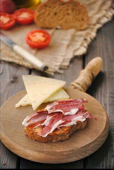 Pan con tomate, jamón ibérico y queso manchego
