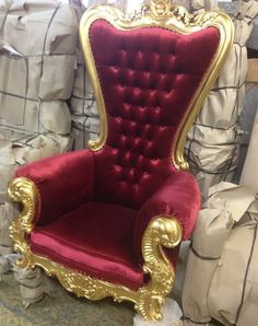 trone mariage velours rouge et bois doré couleur or. http://www.location-mobilier-paris.com #decoprivé #decoration #mariage #paris
