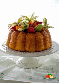 Savarin con crema y frutas Savarin, Mini Desserts, Scones, Food Art, Waffles, Cake Recipes, Sweet Tooth, French Toast, Muffins