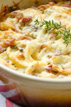 Der Kartoffel-Hähnchen-Auflauf ist ein echtes Wohlfühlgericht. Er lässt sich auch mit ein bisschen mehr Käse weiter aufpeppen.