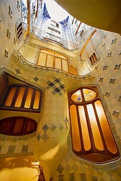 Interior of Gaudi's Batllo House, The inner courtyard, Barcelona, Catalonia. Art Nouveau Architecture, Education Architecture, Amazing Architecture, Art And Architecture, Architecture Details, Great Buildings And Structures, Unique Buildings, Beautiful Buildings, Antonio Gaudi