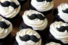 Movember Mustach cupcakes - chocolate with vanilla frosting. from a cup of sugar.a pinch of salt Moustache Cupcakes, Cupcakes Au Cholocat, Cookies Cupcake, Baking Cupcakes, Fathers Day Cupcakes, Fathers Day Cake, Black And White Cupcakes, Vanilla Frosting, Birthday Cakes For Men