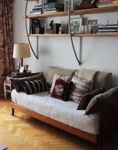6 Awesome Useful Tips: Cute Futon futon ideas mattress.Futon Bedroom How To Make grey futon daybeds.Futon Bedroom How To Make. Ikea Futon, Futon Couch, Futon Mattress, Daybed Room, Wooden Futon, Japanese Bedroom, Small Futon, Living Room Bookcase, Bedroom Decor
