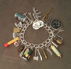 Todo lo que necesitas para sobrevivir el apocalipsis Zombi en esta linda pulsera