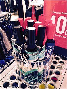 Umbrella Merchandising by Glass – Fixtures Close Up Mini Umbrella, Close Up, Retail, Display, Glass, Shopping, Design, Floor Space, Billboard