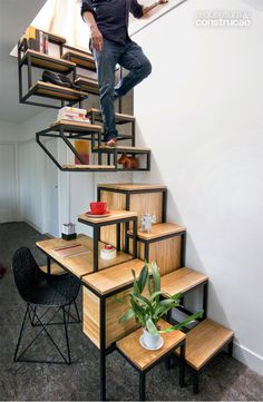 É um escritório? É uma prateleira? Ou será uma escada? É tudo isso, em uma coisa só. Escada-escritório, é como os criadores holandeses a denominam. Mieke Meijer, designer, e Roy Letterlé, arquiteto, se uniram para criar dentro do espaço pequeno que dispunham, algo que atendesse às duas necessidades: passar para o andar de cima e montar um pequeno escritório. O resultado não foi apenas uma escada e uma mesa de trabalho, mas também uma prateleira para armazenamento dos materiais.