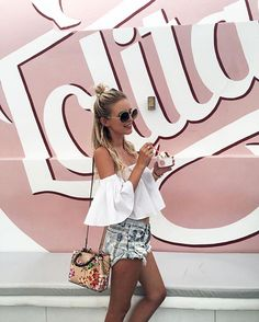Rucksäcke sind wirklich unpassend für den schulterfreien Trend. Eine lange Cross-Body-Bag mit zierlichem Henkel zum Umhängen passt da schon besser zu dem weiblich-romantischen Look. Ergänzend dazu wählt ihr eine Handtasche in pastelligen Tönen oder mit Blumenprint.