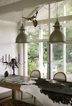 Amazing Decor with Cowhide Rugs Decoration Inspiration, Dining Room Inspiration, Industrial House, Industrial Lighting, Rustic Industrial, Shabby, French Chairs, Amazing Decor, Cow Hide Rug