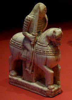 [Moyen Âge] Pièce du jeu d'échecs en ivoire, (fin du XIe siècle) Amalfi ou Saleme, Italie, Bibliothèque Nationale.