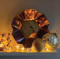 Złote dekoracje i ozdoby na święta. Zobacz więcej na: https://www.homify.pl/katalogi-inspiracji/13083/zlote-ozdoby-i-dekoracje-swiateczne