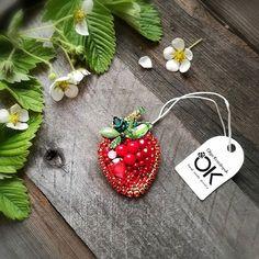 В составе кристаллы сваровски, чешский бисер и бусины. Изнанка замша. Размер 6х4 см. Нет в наличии. #swarovski #брошьклубничка #брошьручнаяработа #стильное #серьгикисти #ягодка #брошь #brooch #fashionjewelry #cute #strawberry #вкусняшка #хендмейд #украшениеручнойработы #краснообск #love #эксклюзив #handmade_ru_jewellery