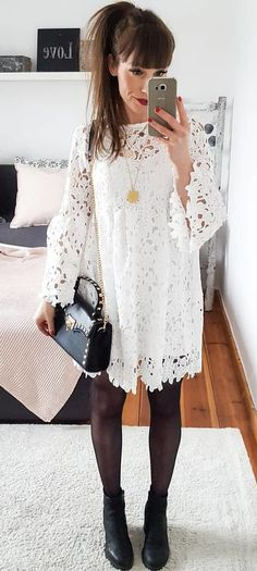 #spring #outfits woman wearing white floral long-sleeved shirt and black leggings. Pic by @me__lanie__