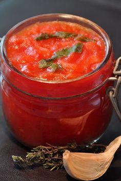 """Sauce tomate """"maison"""" Temps de préparation : 5 mn – Temps de cuisson : 15 mn Ingrédients pour 4 personnes 500 g de coulis de tomates 1 oignon 1 gousse d'ail 3 feuilles de basilic 2 c. à soupe d'huile d'olive 1 c. à soupe de thym séché 1 c. à soupe de... Cuban Recipes, Italian Recipes, Healthy Recipes, Sauce Tomate Fraiche, Salsa Dulce, Marinade Sauce, Pesto Sauce, Slow Food, Seasoning Mixes"""