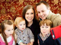Family selfie of Josh Duggar, Anna Duggar and their kids