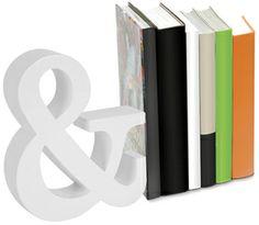Sobrio y elegante: este sujeta libros decora mientras ejerce su función perfectamente.