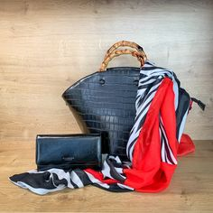 Schlicht und einfach - und doch wunderschön. Diese Tasche lässt sich perfekt mit eurem Sommeroutfit kombinieren. Die Henkel geben der Tasche einen sommerlichen, lässigen Touch - dem Sommer steht somit nichts mehr Weg! Gym Bag, Bags, Fashion, Light Scarves, Artificial Leather, Shoulder, Handbags, Simple, Nice Asses