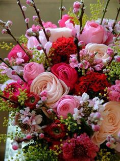 A 130 pieces jigsaw puzzle from Jigidi Beautiful Rose Flowers, Beautiful Flower Arrangements, Floral Arrangements, Beautiful Flowers, Bouquet Champetre, Happy Birthday Flower, Good Morning Flowers, Arte Floral, Flower Wallpaper