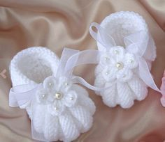 Discover thousands of images about Baby Knitting Patterns Free Crochet Baby Booties Patterns - Crochet Baby Shoes. Most beautiful baby booties babetpatikmodeleri babygiftatic babypati The moment that you have waited for has finally arrived: the day you br Baby Knitting Patterns, Baby Booties Knitting Pattern, Baby Shoes Pattern, Baby Patterns, Free Knitting, Crochet Baby Blanket Beginner, Baby Girl Crochet, Crochet Baby Shoes, Crochet For Kids