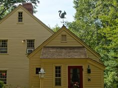 Like the squirrel weather vane. And color of house Primitive Homes, Country Primitive, Saltbox Houses, Old Houses, Style At Home, New England Homes, New Homes, Restaurant Exterior, Exterior Cladding