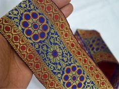 Rojo, azul del oro, brocado de seda Sari Border, de tejido Jacquard Frontera, Encaje. Frontera ha tejido flores por todas partes y el ajuste es de aproximadamente 3,5 pulgadas de ancho. Esta...