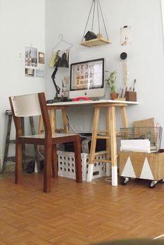 deux tabourets hauts aux pieds peints en blanc, une planche blanche assortie et un bureau dappoint simprovise en toute originalité (via One Happy Mess: Dónde me inspiro)                                                                                                                                                                                 Plus