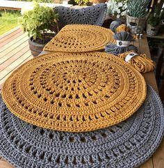 Wonderful carpets ideas of crochet - free knitting - Wunderbare Teppiche Ideen von Häkeln – Free Knitting Wonderful carpets ideas of crochet Crochet Carpet, Crochet Home, Diy Crochet, Crochet Ideas, Crochet Placemats, Crochet Doilies, Crochet Rug Patterns, Crochet Designs, Doily Rug