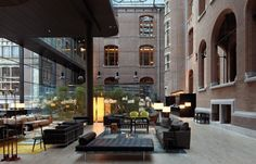No centro cultural de Amesterdão está este hotel de 5 estrelas que combina arquitectura histórica com design moderno nomeado o Conservatorium Hotel .