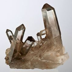 Raw quartz - decor inspiration for geometric, edgy and pastel design