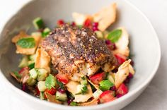 Deze vis met een spicy kruidenkorstje móet je proberen! Een explosie van smaken uit het Midden-Oosten, met dank aan de za'atar en de fattoush.