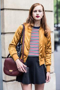 結束時尚四大城市紐約、巴黎、米蘭、倫敦的時尚週,從街拍看來來,最常入鏡的包款不外乎是CÉLINE 的Trotteur。經過2014年的重新改造之後,輕巧的外型更受到時尚人士的歡迎。