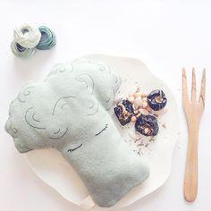 Pobre Señor Brócoli! Se lo quieren cenar!   #slowdeco #decor #nursery #softfriends #toys #handmade #embroidery #kids #kidsroom #broccoli #mrbroccoli #madeinspain