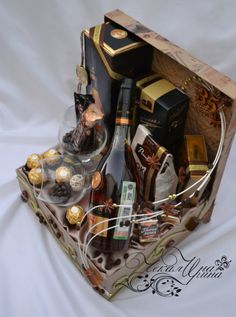 Diy Father's Day Gift Baskets, Homemade Gift Baskets, Wine Gift Baskets, Mens Bday Gifts, Diy Birthday Gifts For Friends, Bday Gift For Boyfriend, Boyfriend Gifts, Liquor Bouquet, Wine Bottle Crafts
