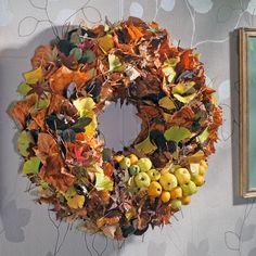 Herbstkranz aus Blättern mit Früchten
