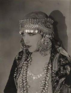 mudwerks: (via Film Noir Photos: Outlandish Hats: Jetta Goudal) Forbidden Woman Vintage Hollywood, Hollywood Glamour, Classic Hollywood, Vintage Glamour, Vintage Beauty, Vintage Ladies, Vintage Fashion, Vintage Gypsy, 1920s Glamour