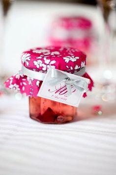 cadeaux d'invités, un mini pot de confiture de rose pour mesdames