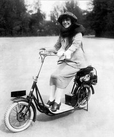 All classic scooters with pictures, technical informations and documentations Cheap Scooters, Motor Scooters, Vespa Lambretta, Heavy Dresses, Scooter Girl, Pedal Cars, Popular Mechanics, Motorbikes, Inventions