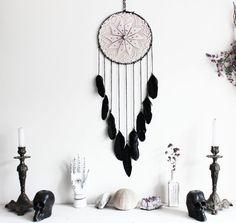 Dark Mermaid . attrape-rêves violet et noir nacre et Swarovski, plumes et crochet vintage .
