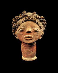 Memorial head, 18th century - Ghana, Adanse traditional area, Fomena or Twifo-Heman. Culture: Akan peoples - Terracotta