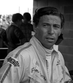 Jim Clark : Champion du Monde des Pilotes en 1963 et 1965 sur Lotus, et vainqueur des 500 Miles d'Indianapolis en 1965, également sur Lotus.