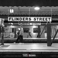 """Estudia en Melbourne 🇦🇺 y conoce la Estación Central de ferrocarriles y subterráneos 🚇. La expresión: """"I'll meet you under the clocks"""" 🕛 (Te veré en los relojes) se deriva de este lugar 🎒🛫😁👉 📣#InspiramosViajeros #EspañolesPorElMundo Melbourne, Broadway Shows, Parking Lot, Clocks, Tourism, Broadway Plays"""
