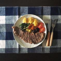 _banana7ちょっと早めのお昼ごはん。  昨日スーパーで美味しいお肉がお買い得だったので珍しくステーキに♡  いや、珍しく、 とか言いましたがお肉大好きで焼肉もしゃぶしゃぶももつ鍋も食べます笑  家で美味しいお肉…幸せ♡  #おうちごはん #昼ごはん #お昼ごはん #lunch #ステーキランチ #steak #steaklunch #カリフラワー #有機野菜  #オレンジカリフラワー #人参 #calote #カラフル人参 #A5 #A5ランク #todayslunch #foodpic #foodstagram #healthy #foodpic #instafood #foodphoto #onthetable #onmytable #ワンプレート #oneplate #とりあえず野菜食 #ランチョンマット