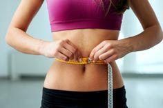 Mulher medindo cintura