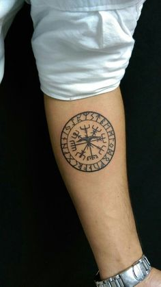 What does vegvisir tattoo mean? We have vegvisir tattoo ideas, designs, symbolism and we explain the meaning behind the tattoo. Viking Compass Tattoo, Viking Tattoo Symbol, Symbol Tattoos, Celtic Tattoos, Simbolos Tattoo, Tattoo Bein, Back Tattoo, Arm Band Tattoo, Armor Tattoo