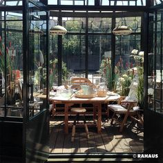 So frühstückt Berlin. #RAHAUS #Gartenhaus #Garten #Terrasse #Spree #Berlin #Frühstück #Sommer #Sommerhaus #Design #Englisch www.rahaus.de
