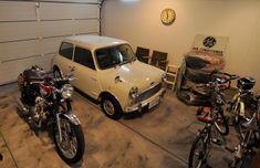 ガレージには、MINIと、KAWASAKIのW400が鎮座。