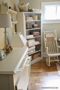 Shabby Chic Baby& Room - lots of great ideas on using flea market finds to decorate a space - Farmhouse 5540 Shabby Chic Baby, Mode Shabby Chic, Shabby Chic Homes, Chic Baby Rooms, Chic Nursery, Nursery Neutral, Nursery Rugs, Nursery Twins, Nursery Bookshelf